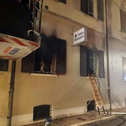 Incendio doloso distrugge la sede dei vigili urbani a Mirandola: due morti